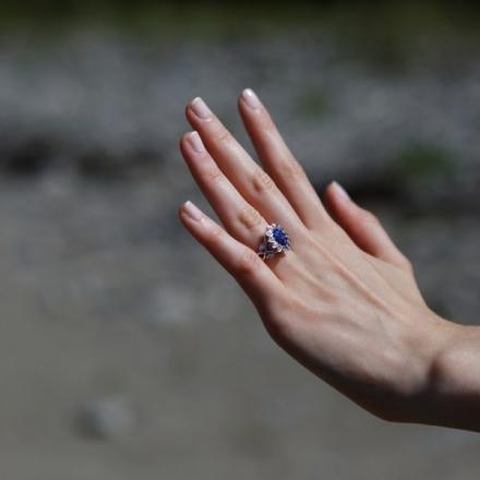 Comment choisir une bague de fiançailles saphir ?